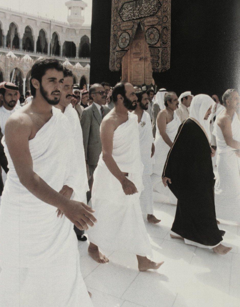 الشيخ زايد يؤدى مناسك الحج برفقة محمد بن زايد عام 1979