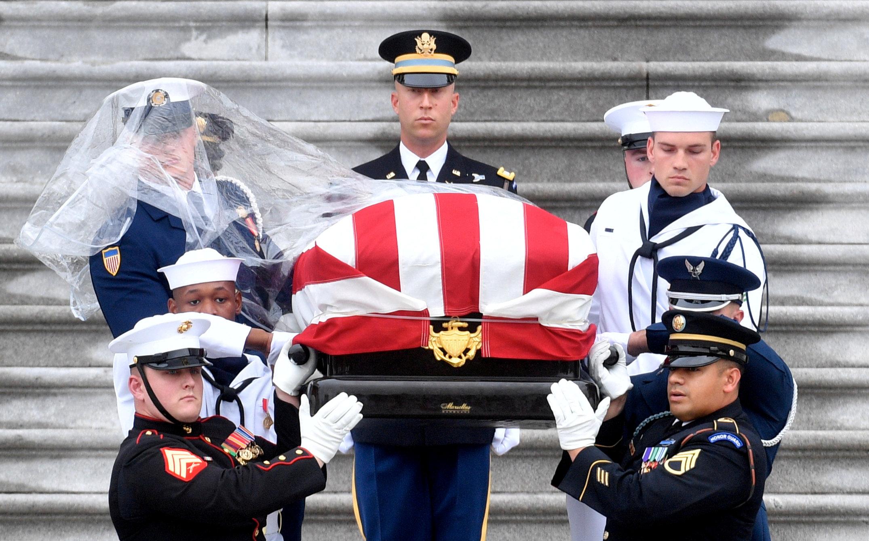 حمل جثمان جون ماكين