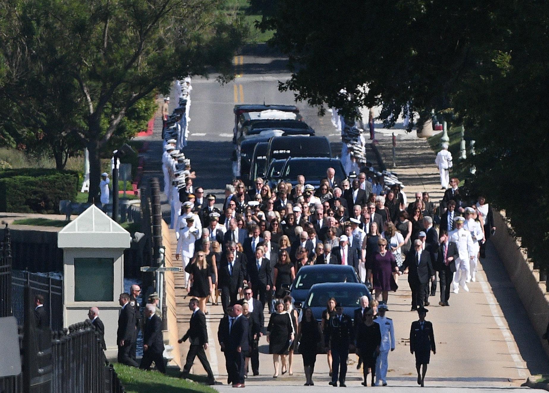 المسئولين الأمريكيين يشاركون فى مراسم الدفن