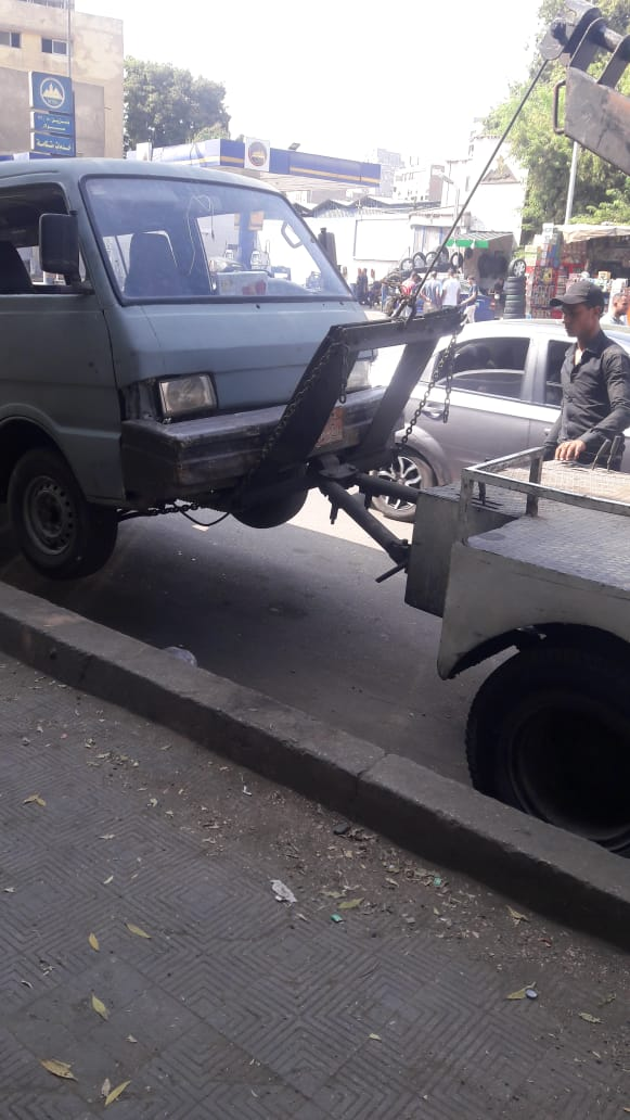 اوناش المرور اثناء رفع السيارات المتروكة