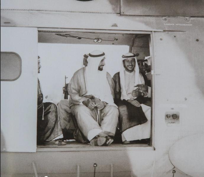 الشيخ زايد فى جولة تفقدية على متن هليكوبتر