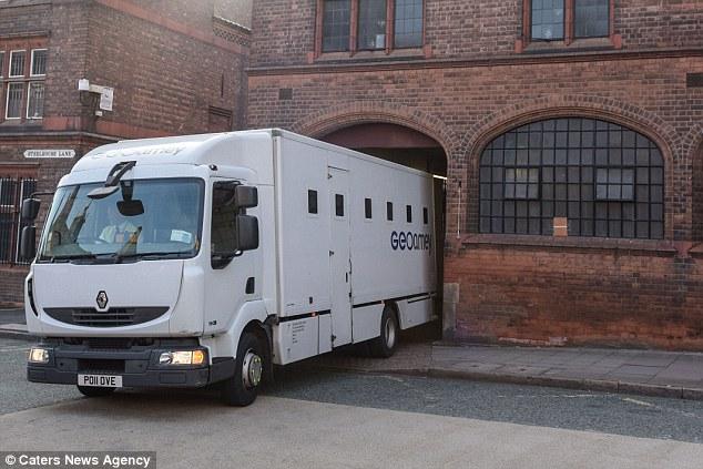 السيارة التي نقلت المتهم من المحكمة إلى السجن
