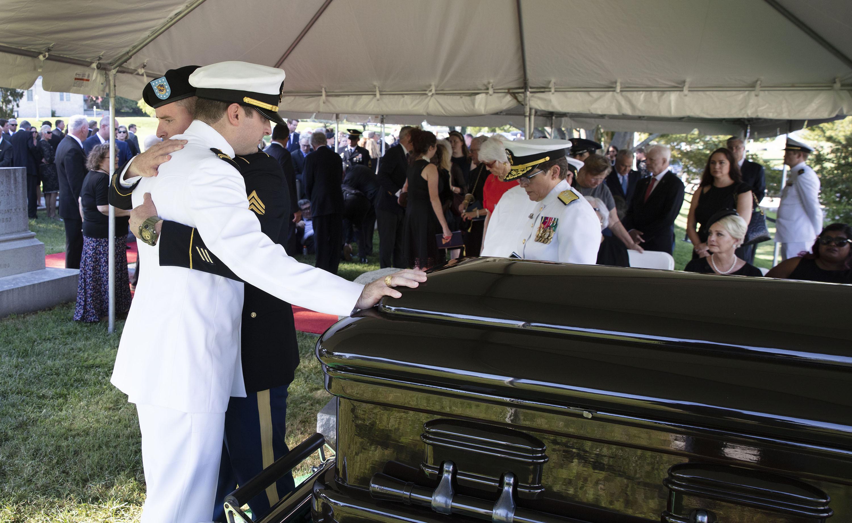 استقبال جثمان جون ماكين فى الاكاديمية البحرية