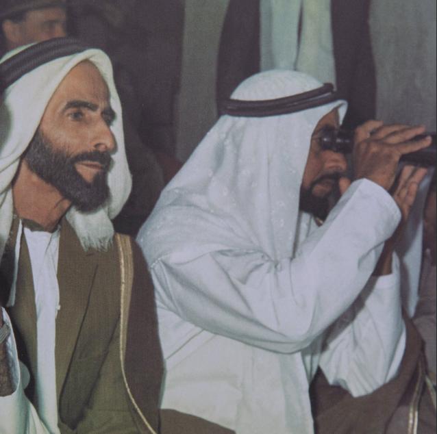 الشيخ زايد يتفقد سباقات الهجن فى أبو ظبى