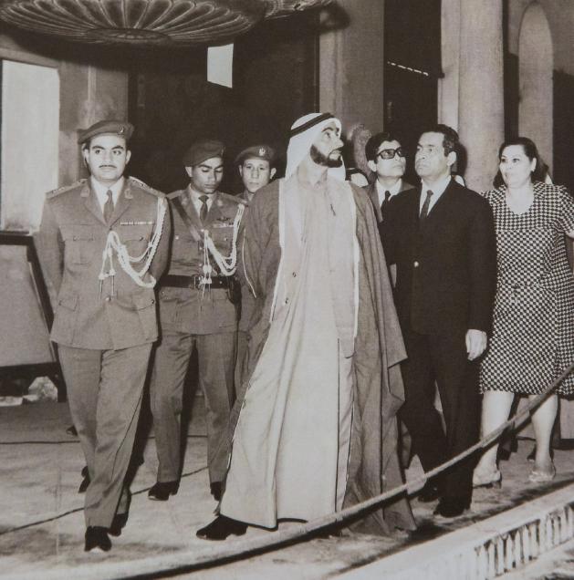الشيخ زايد خلال زيارته لأحد المتاحف المصرية