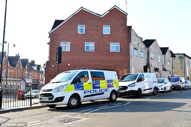 سيارات الشرطة تحاصر مكان الجريمة