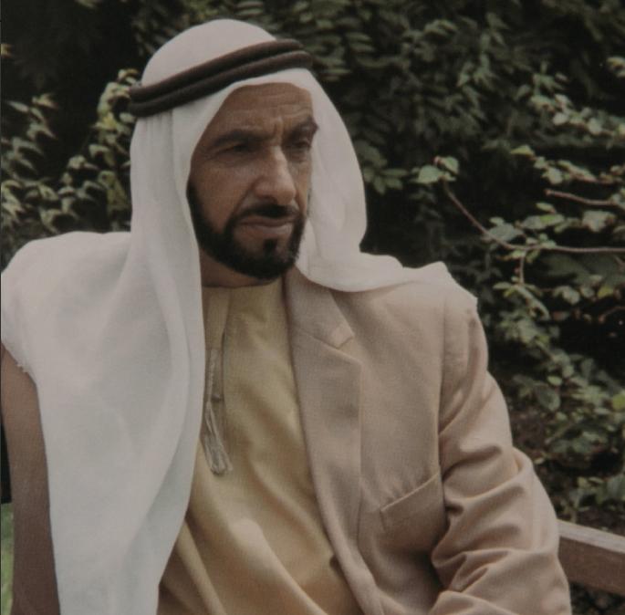 الشيخ زايد فى أحد حدائق بريطانيا
