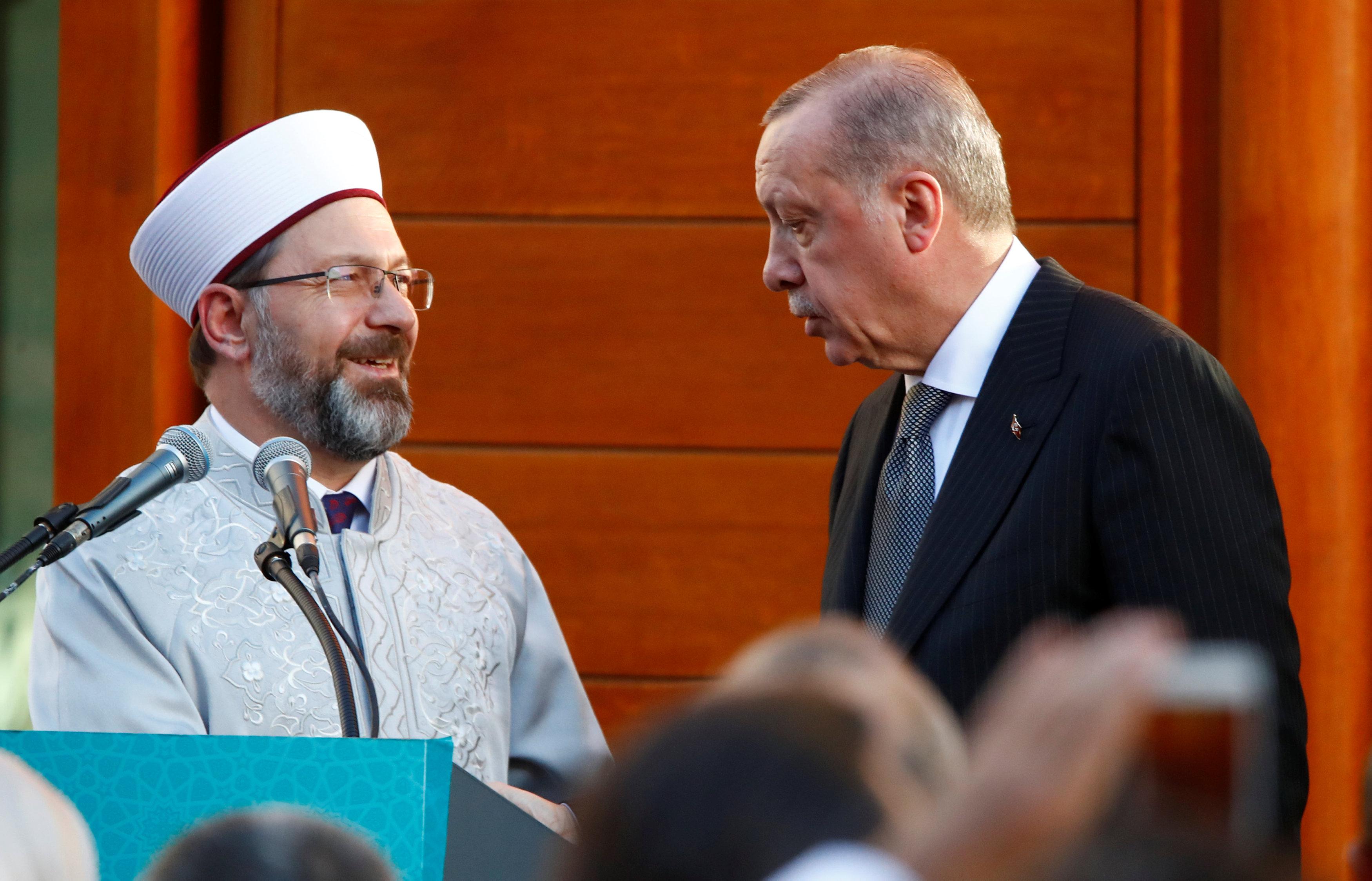 أردوغان يتحدث إلى خطيب المسجد