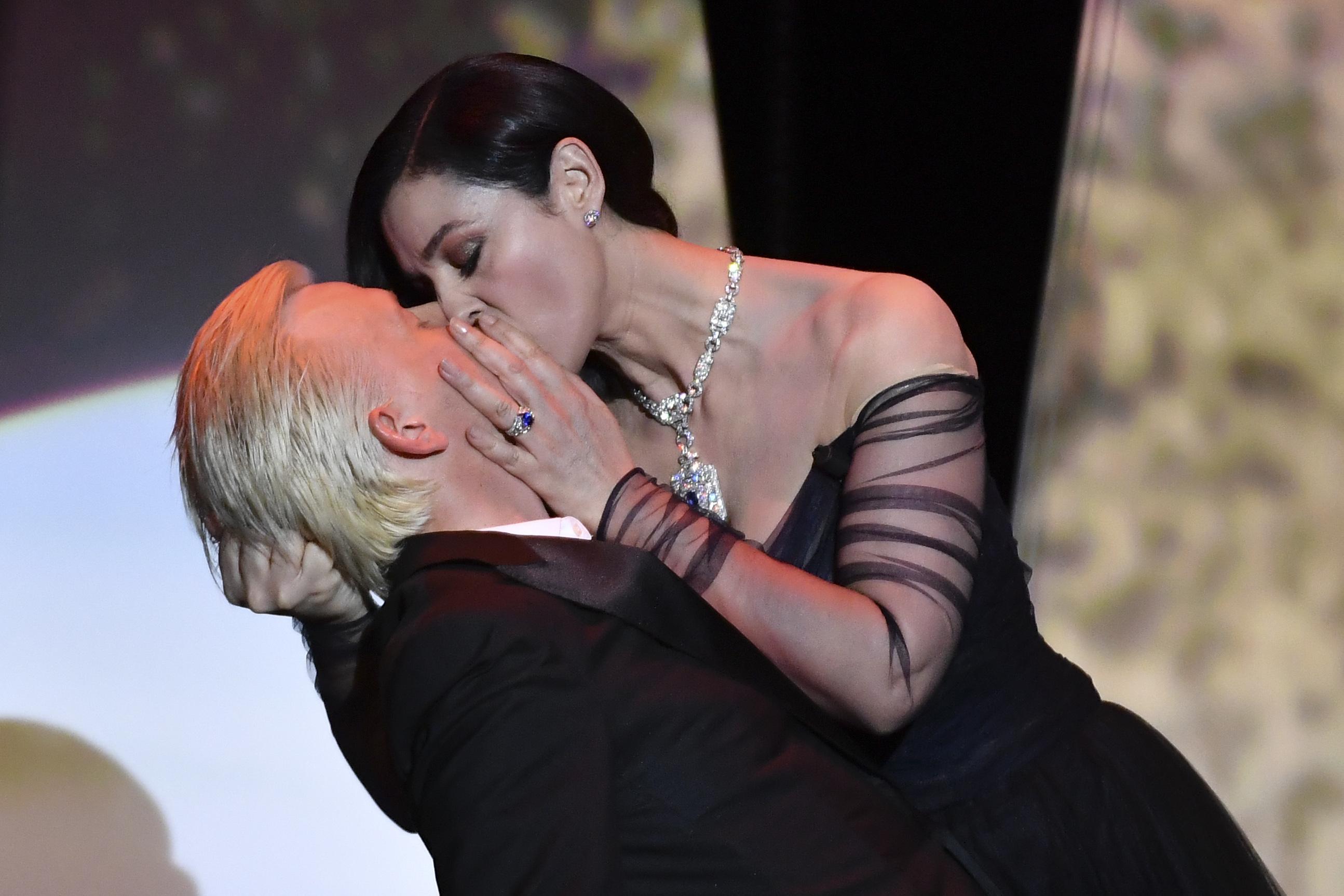 مونيكا بيلوتشي تشعل أجواء حفل افتتاح مهرجان كان بقبلات حارة للفنان أليكس لوتز