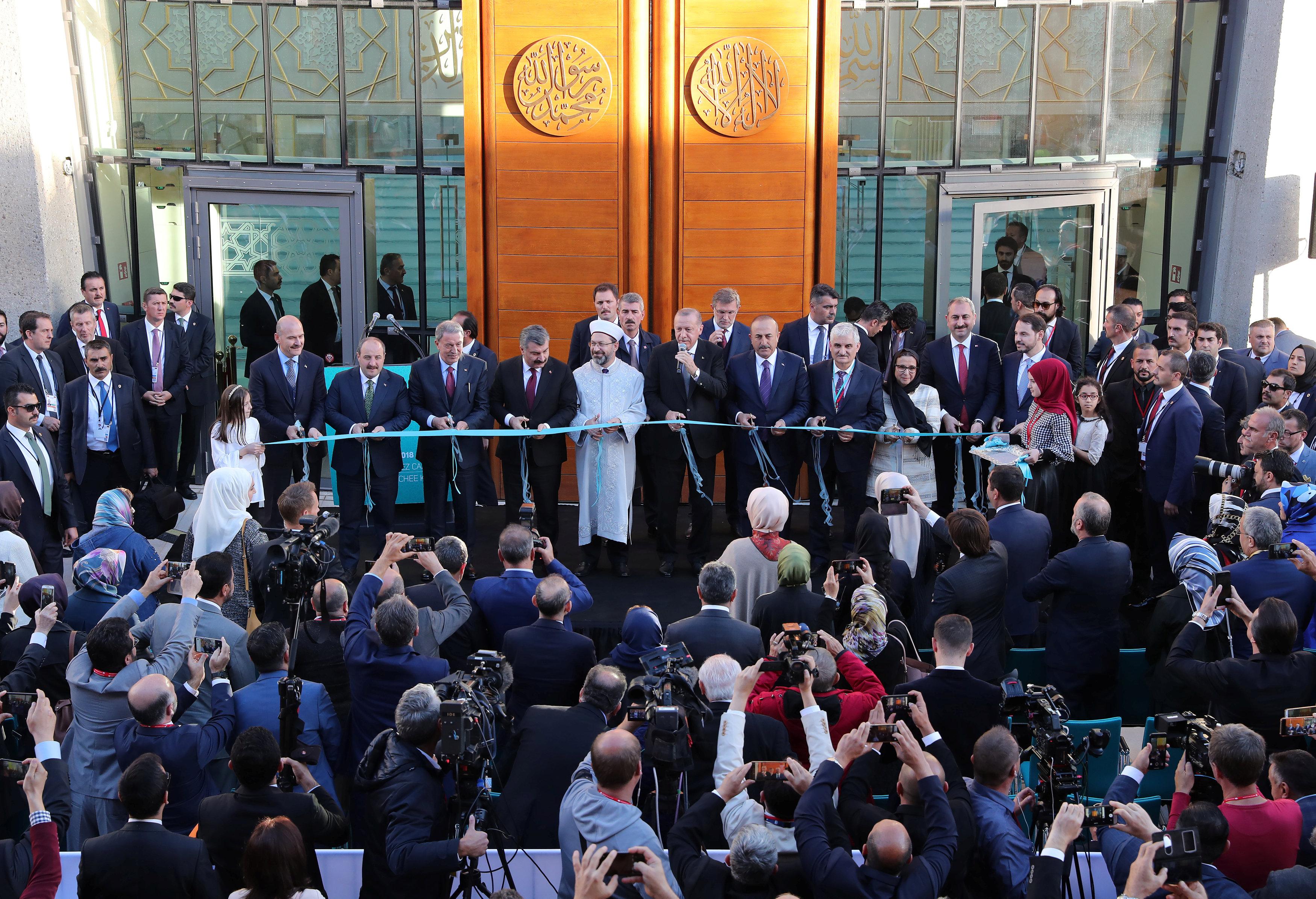 أردوغان يقص شريط افتتاح المسجد