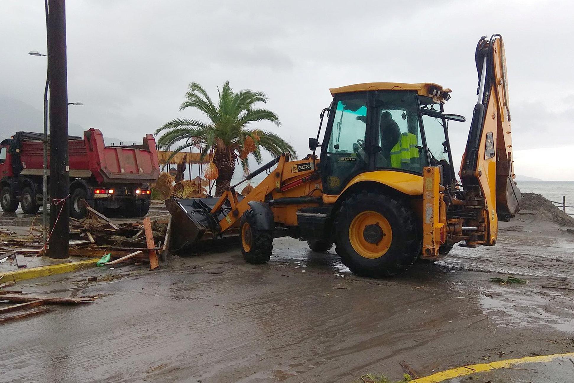 إزالة آثار الأمطار فى اليونان