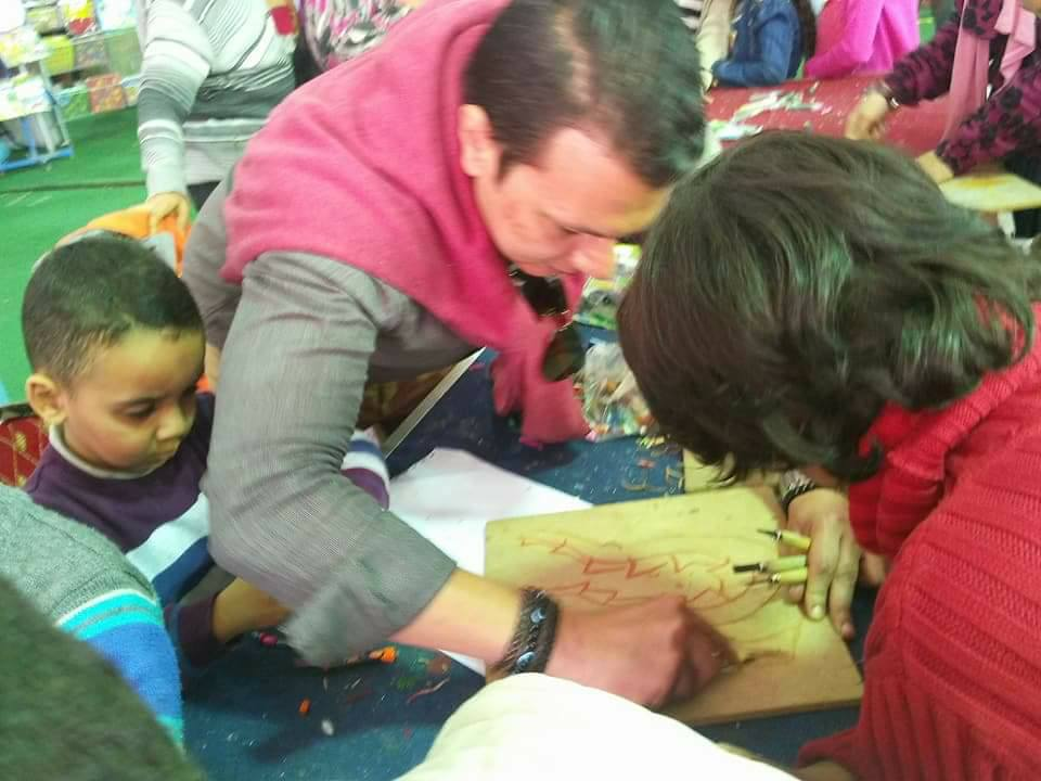 مصطفى إسماعيل أثناء تعليمه للأطفال