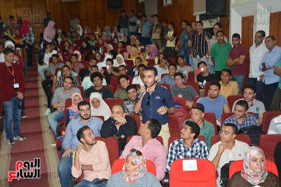 الفنان-أحمد-أمين-فى-لقاء-مفتوح-مع-طلاب-جامعة-الفيوم-للحديث-عن-قصة-كفاحه--(6)