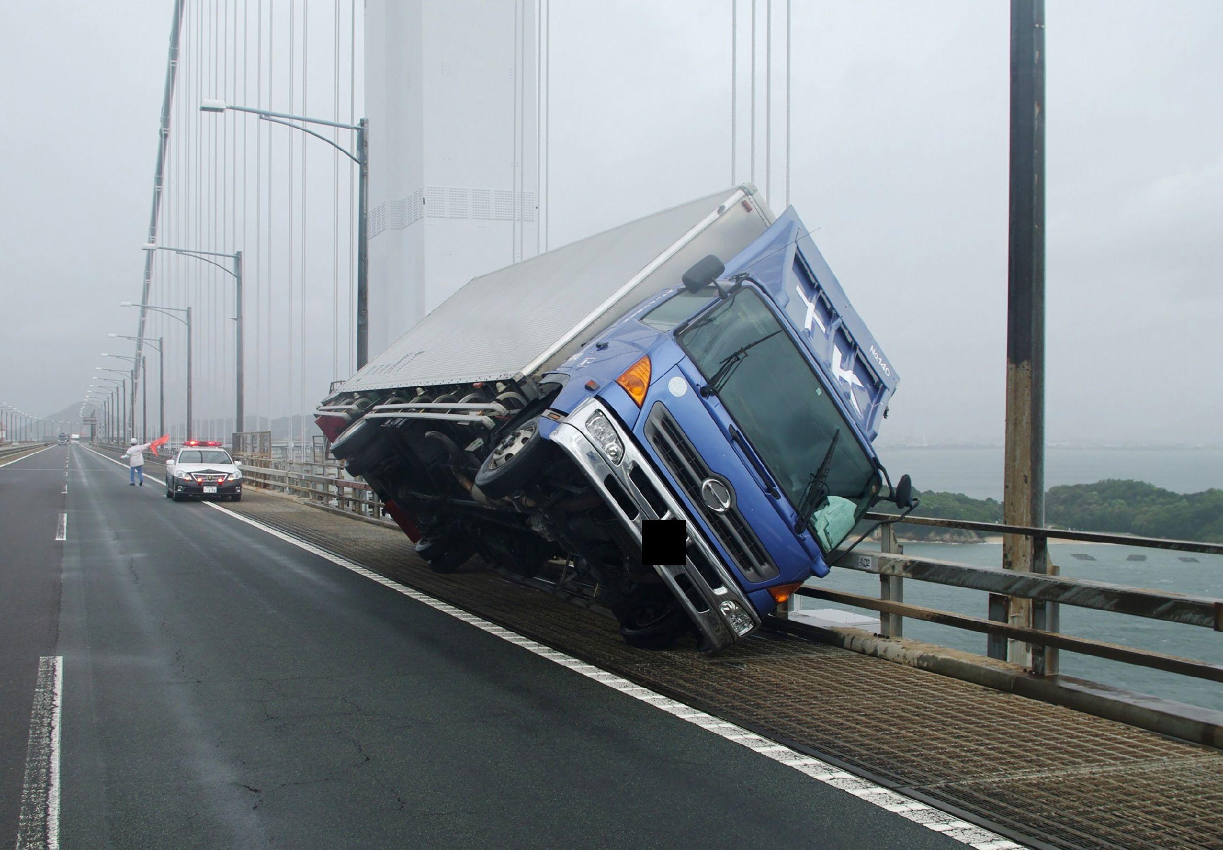 الرياح القوية تقلب شاحنة