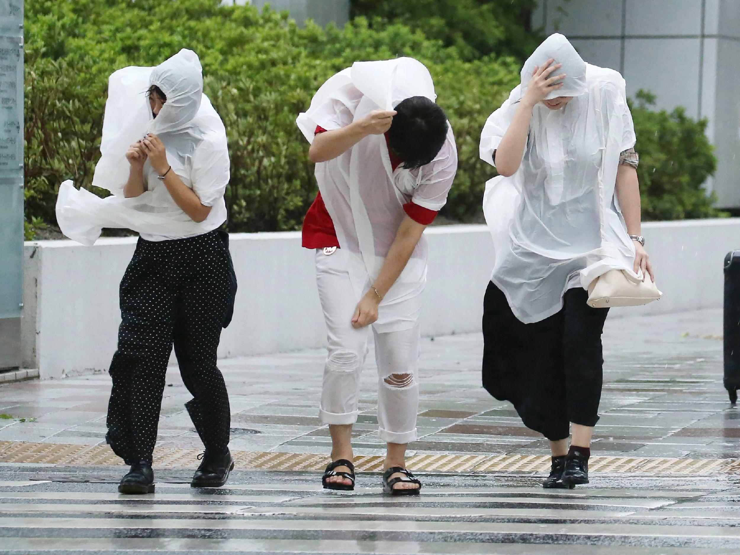 اليابانين يختبؤون فى معاطف بلاستيكية