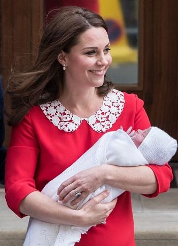 الفستان الأحمر الذى ارتدته بعد الولادة