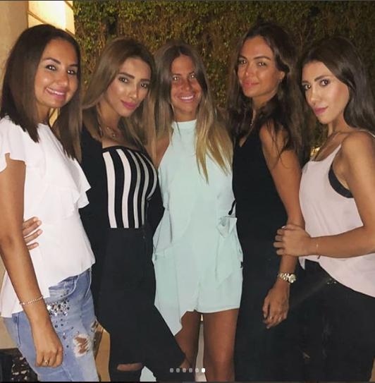 منة وأصدقاءها