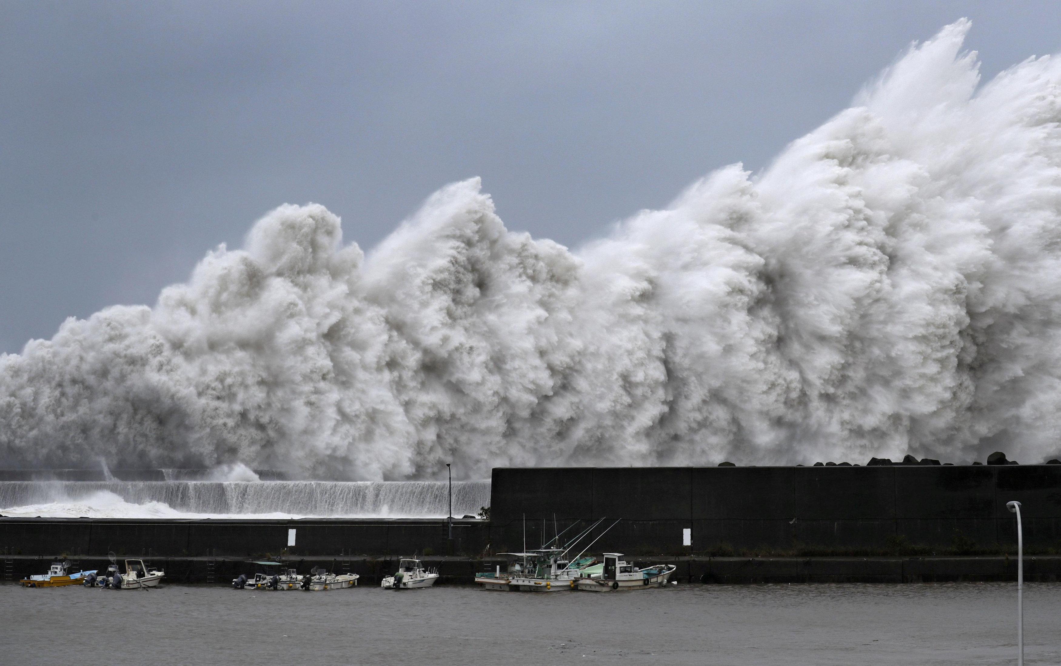 صورة للموجات العاتية على الشواطئ