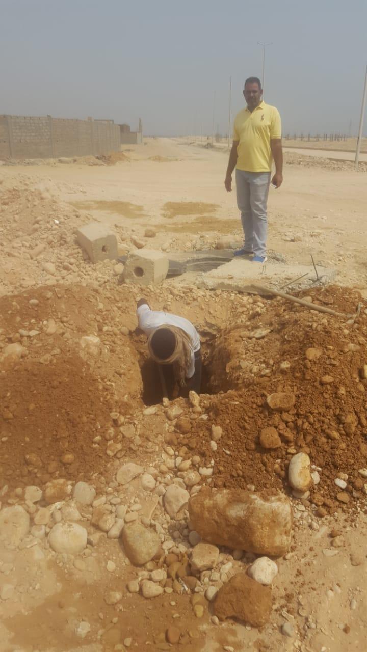 العمل فى إصلاح مواسير المياه بمنطقة البغدادى الصناعية