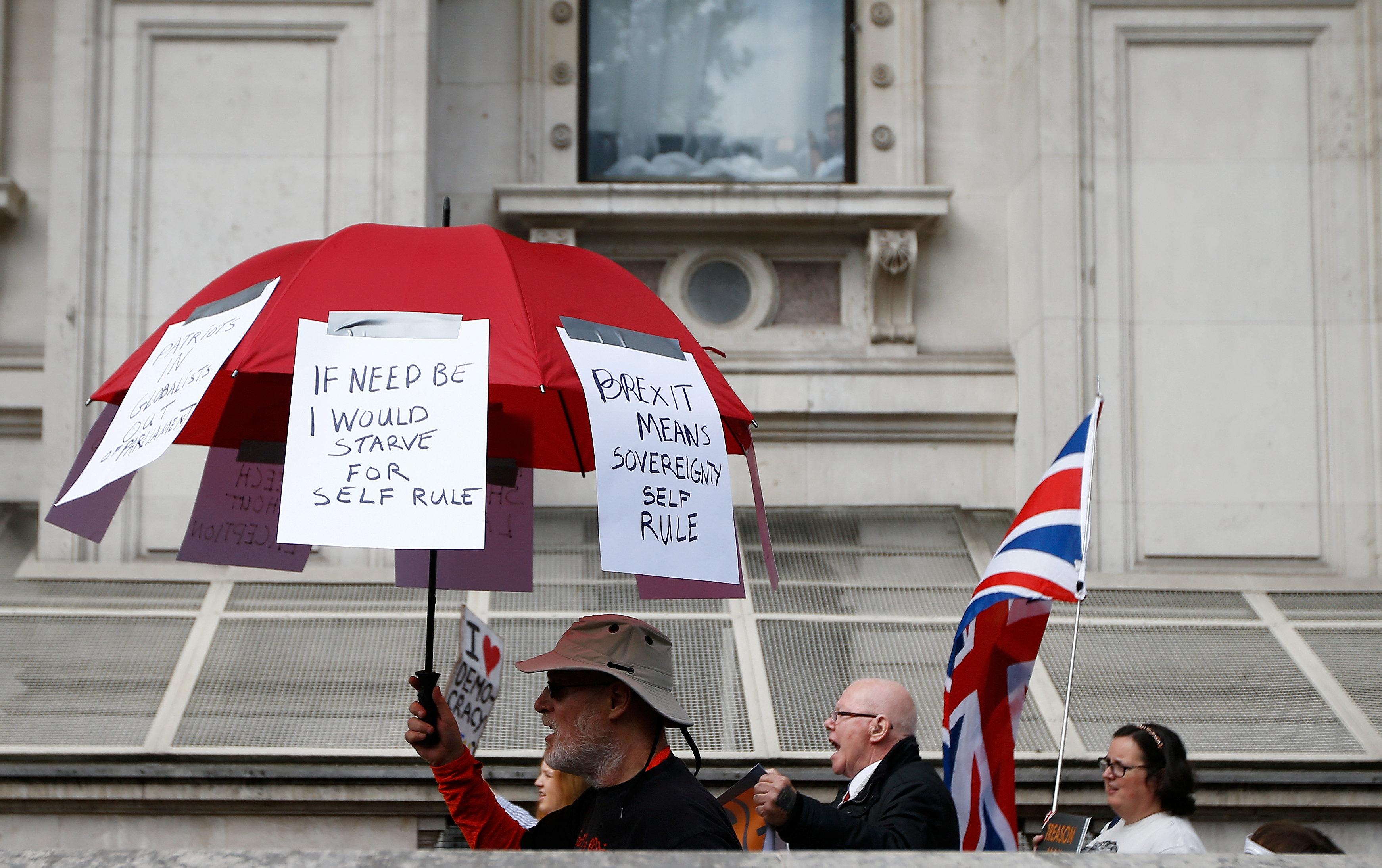 لافتات على شمسية أحد المتظاهرين