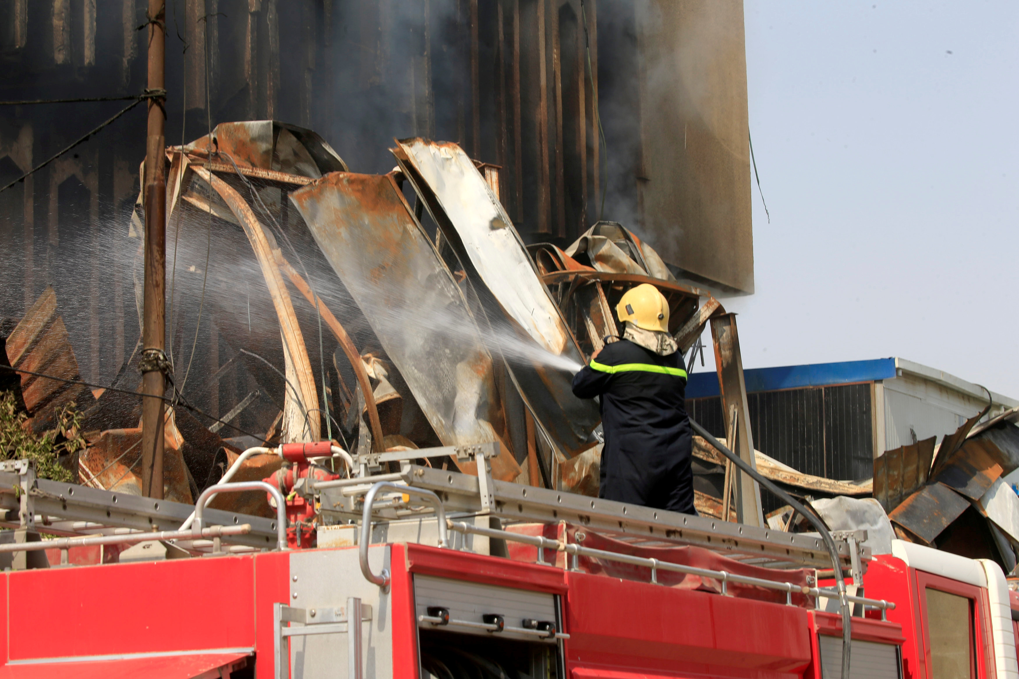 رجال الحماية المدنية تسيطر على حريق احد المبانى الحكومية
