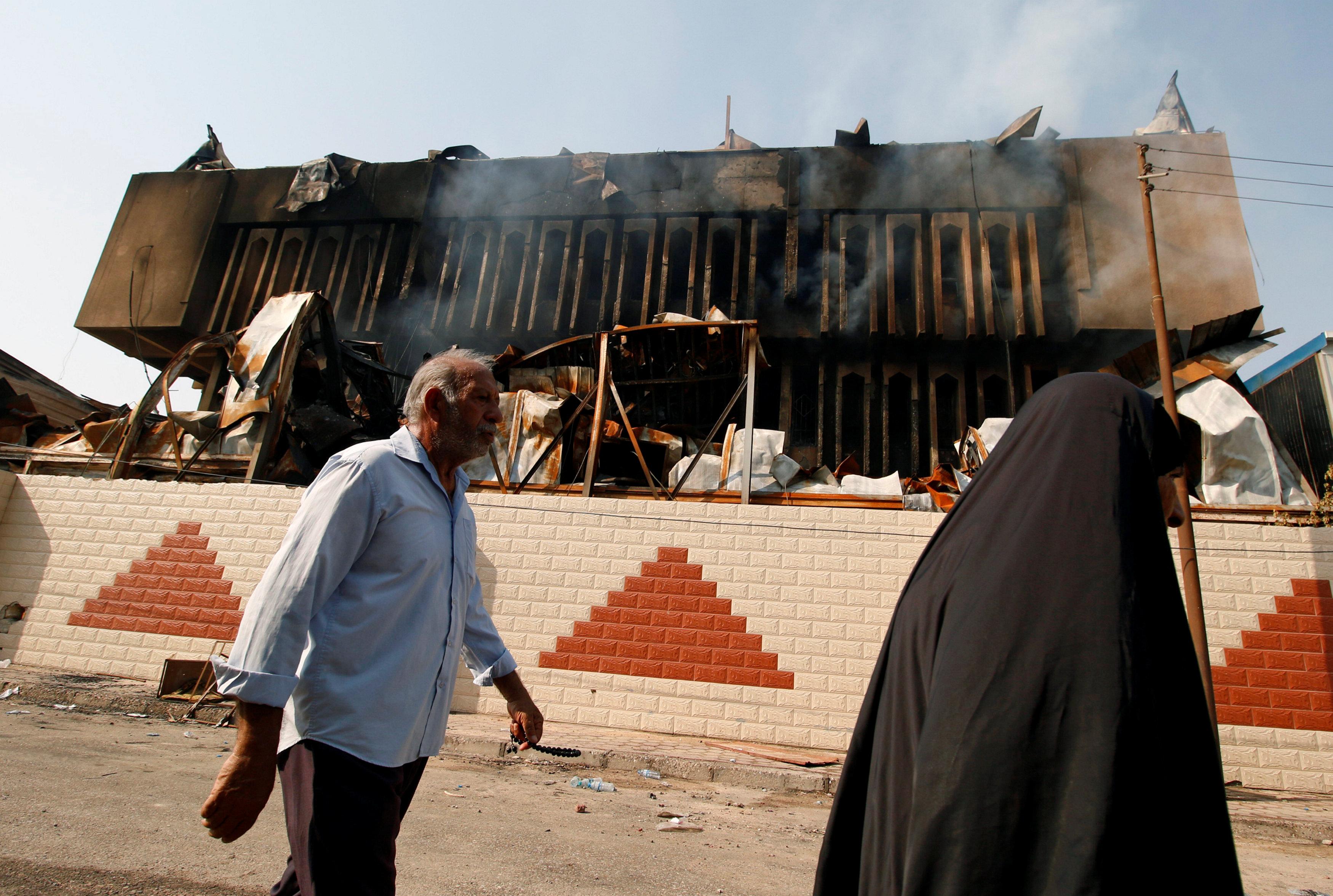 المتظاهرين يحرقوان المبانى الحكومية فى البصرة