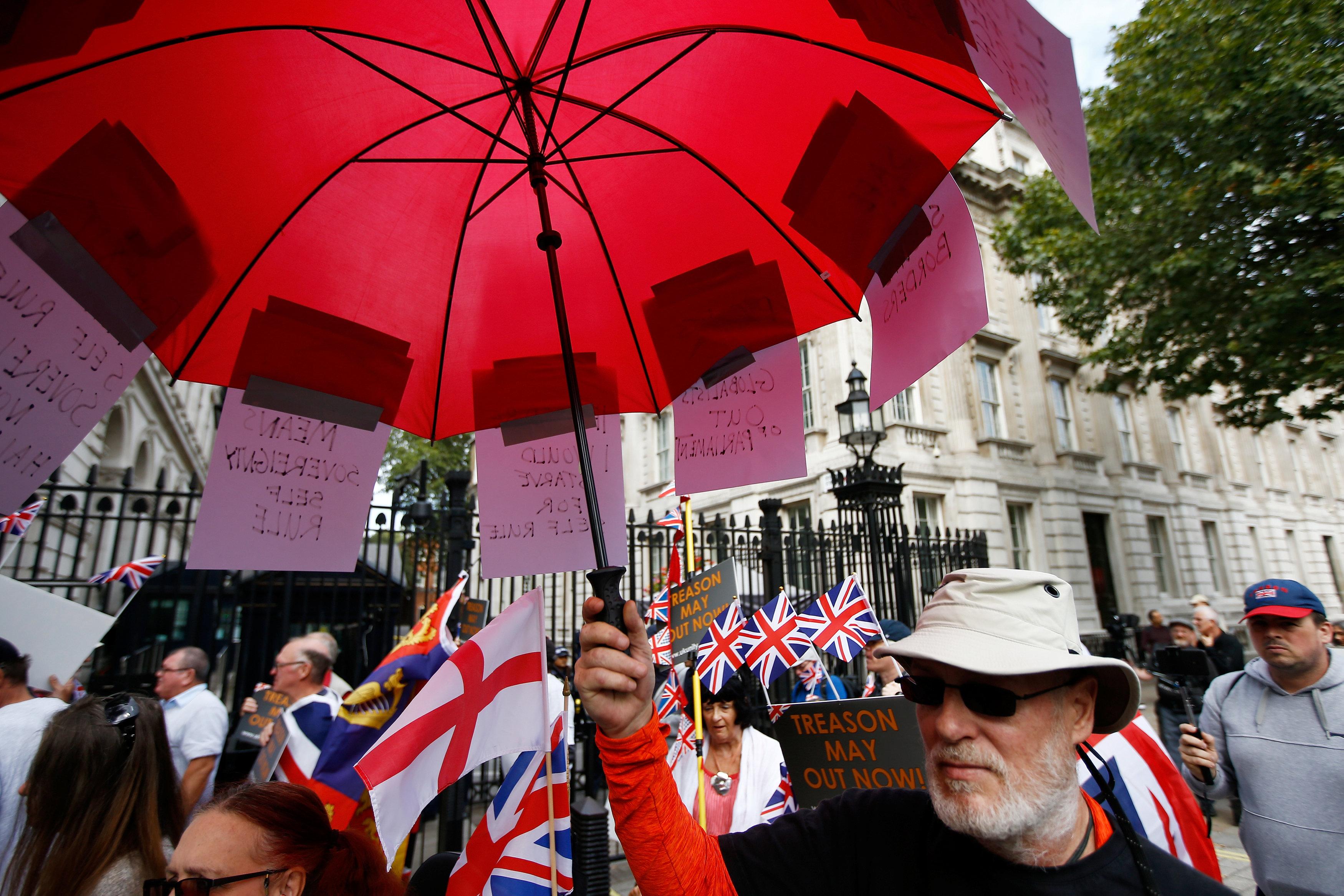 مجموعة من المتظاهرين أمام البرلمان البريطانى