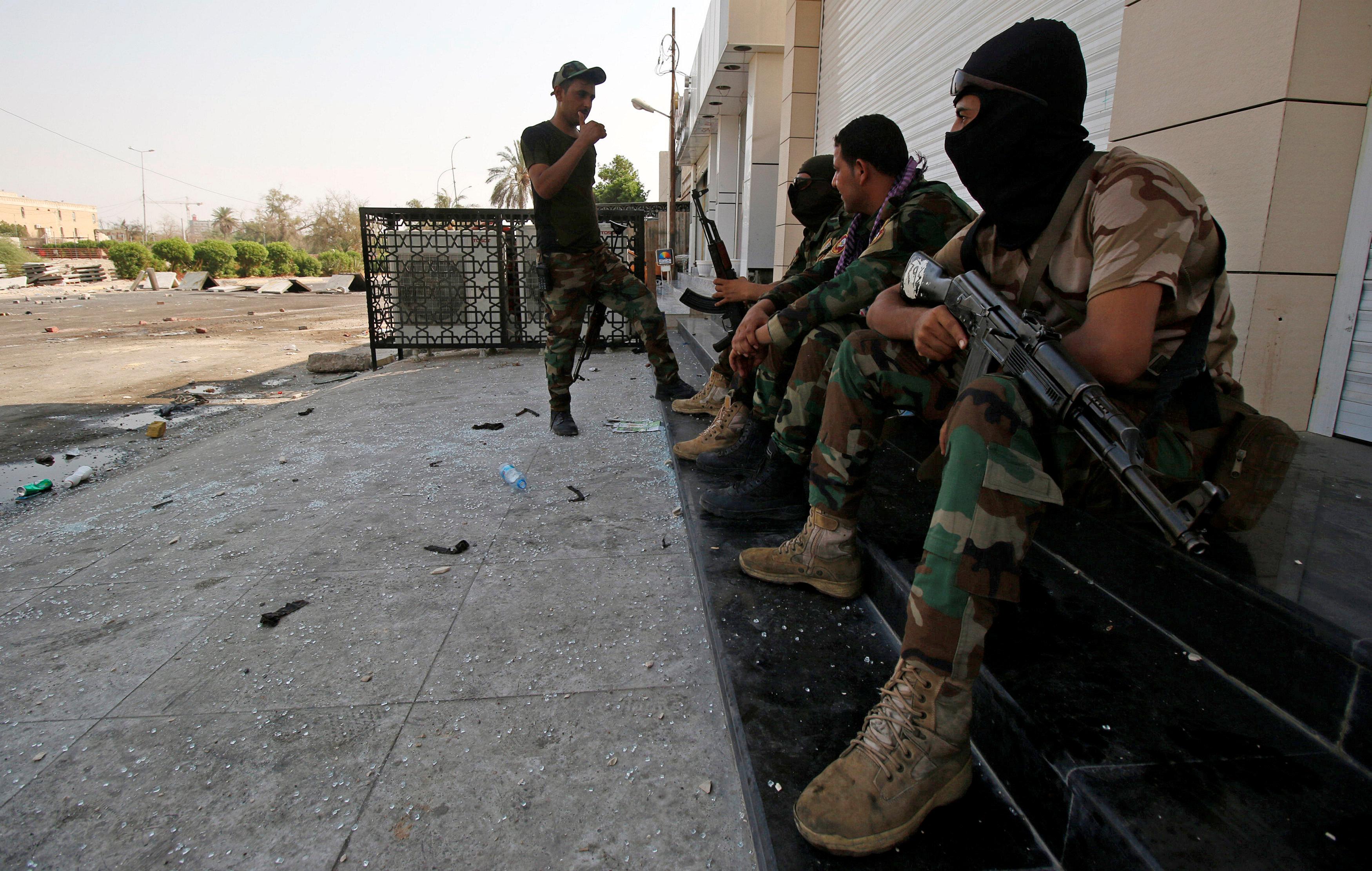 السلطات العراقية أثناء فرض حظر التجوال