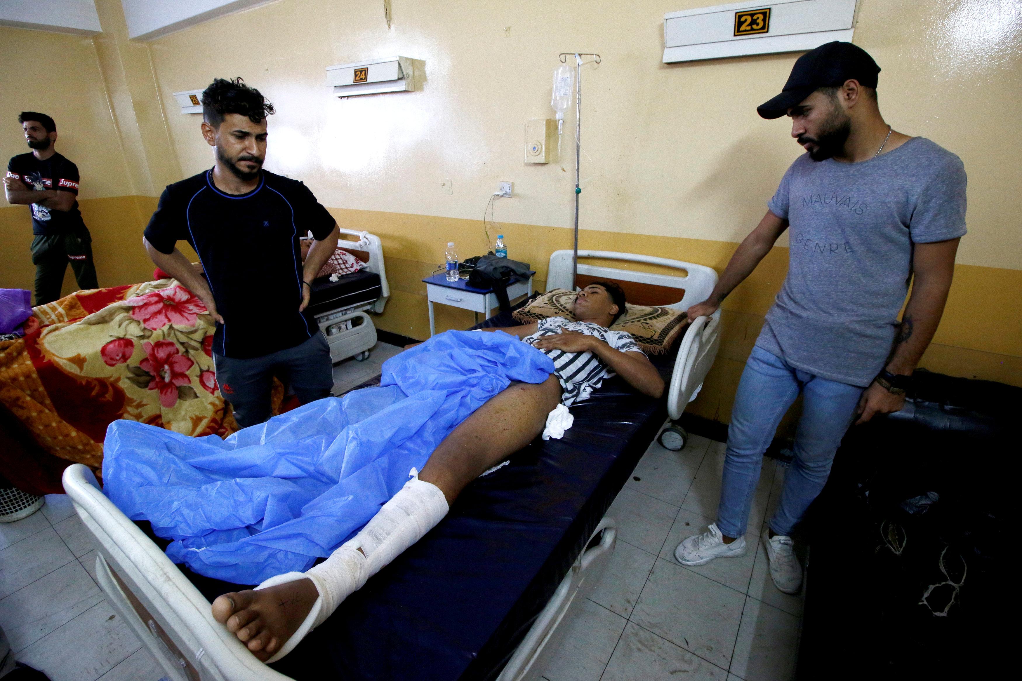 مصاب بتظاهرات البصرة اثناء علاجه بالمستشفى