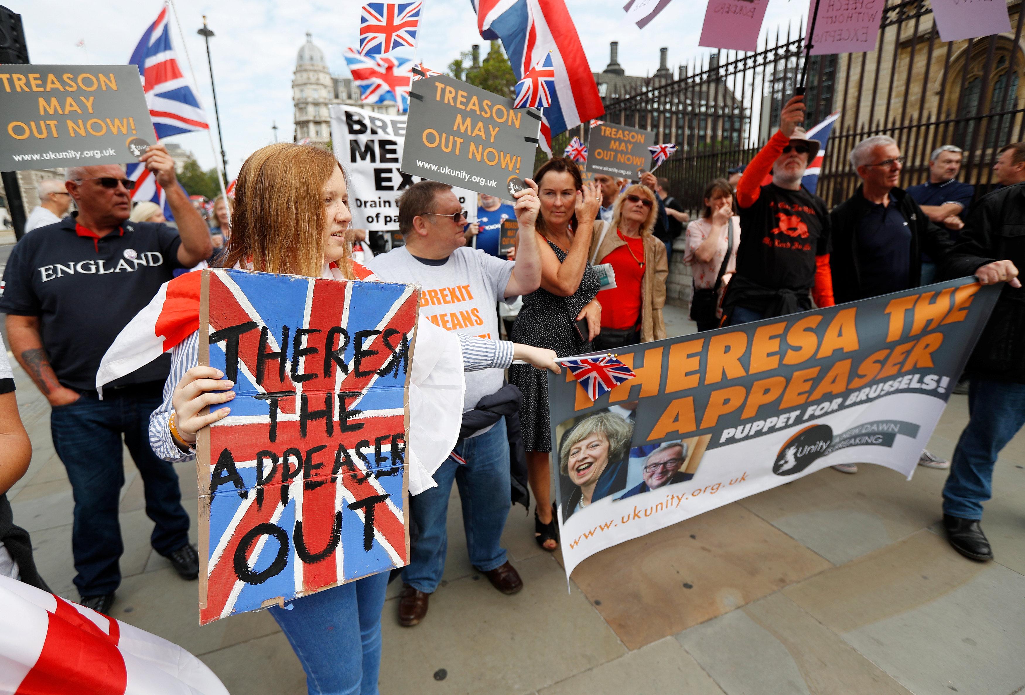 متظاهرون يحملون اللافتات المناوئة لماى