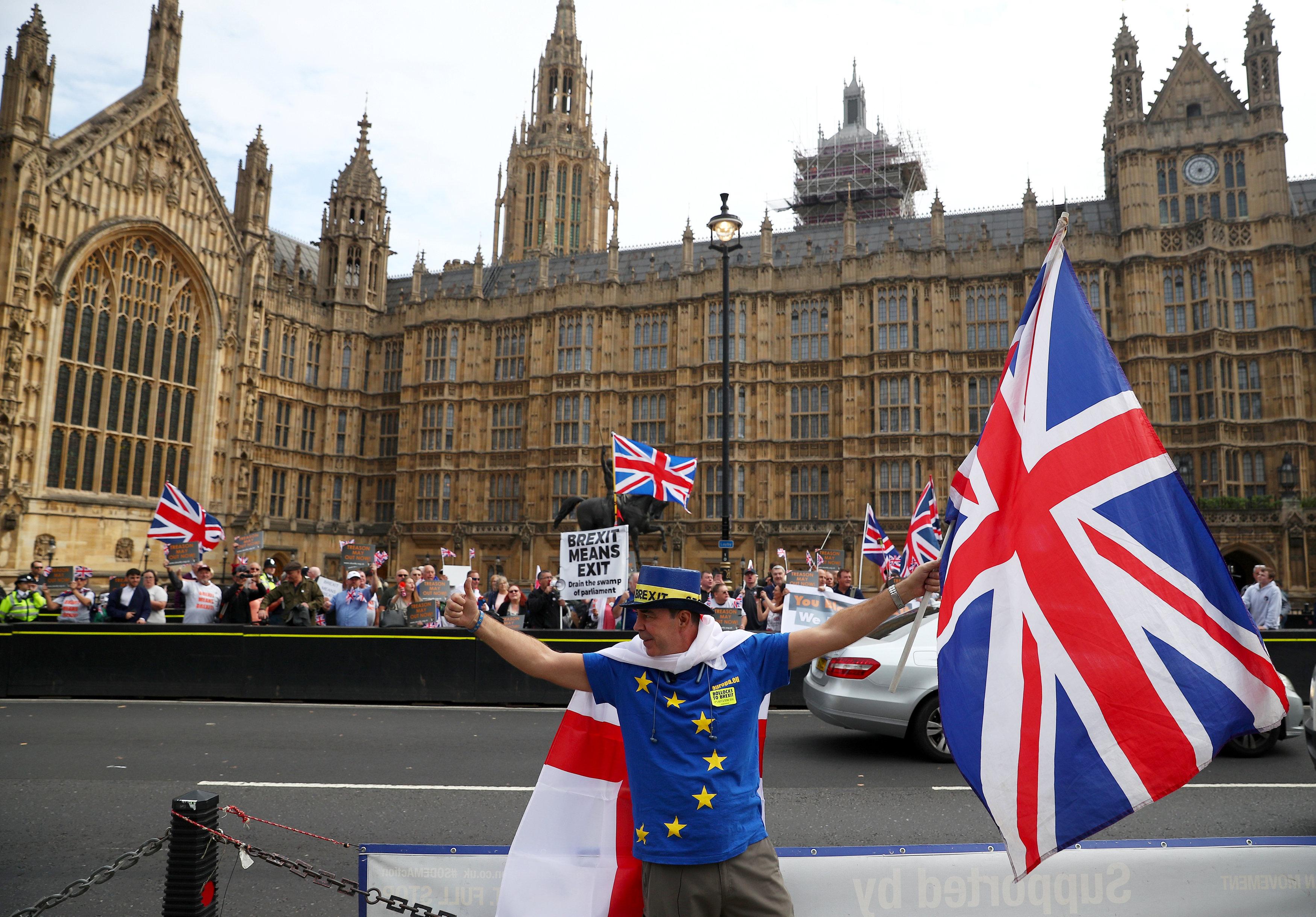 متظاهرون يرتدون أزياء بألوان علم الاتحاد الأوروبى