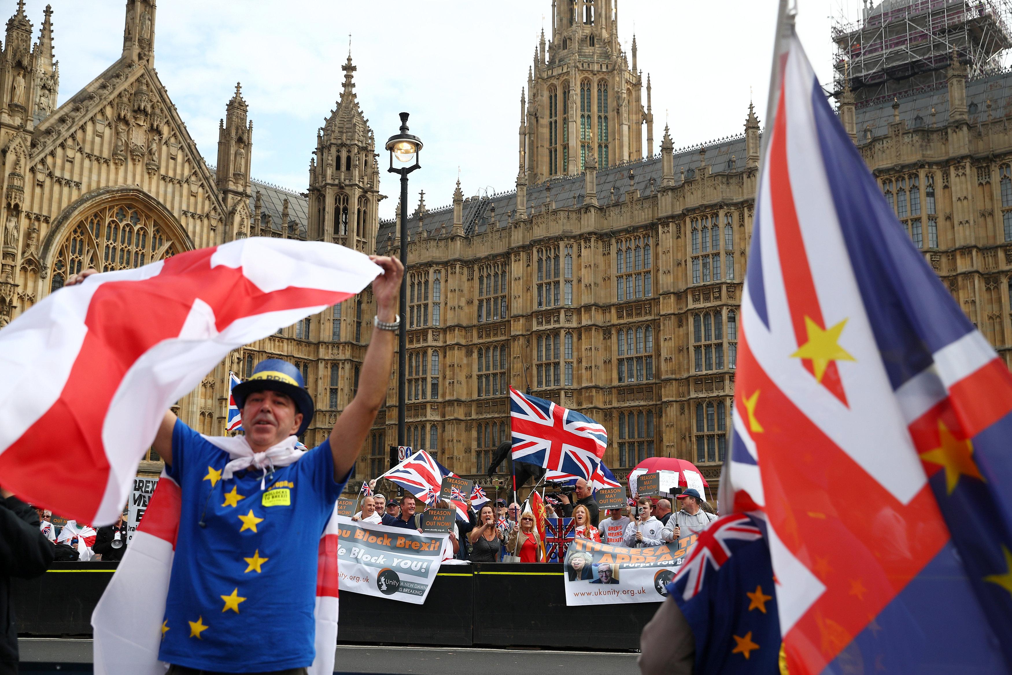 معارضو بريكست يتظاهرون أمام البرلمان البريطانى