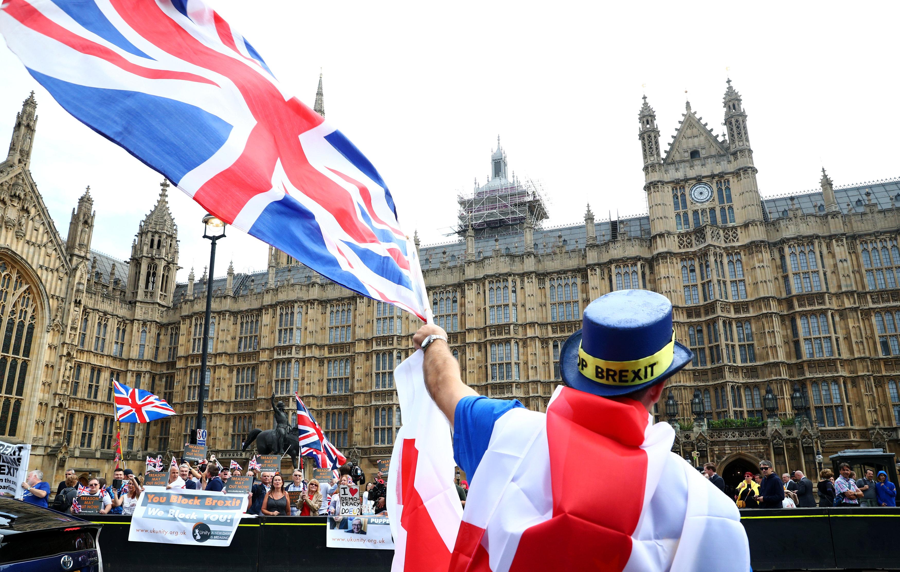 احتشاد مئات المتظاهرين أمام البرلمان البريطانى