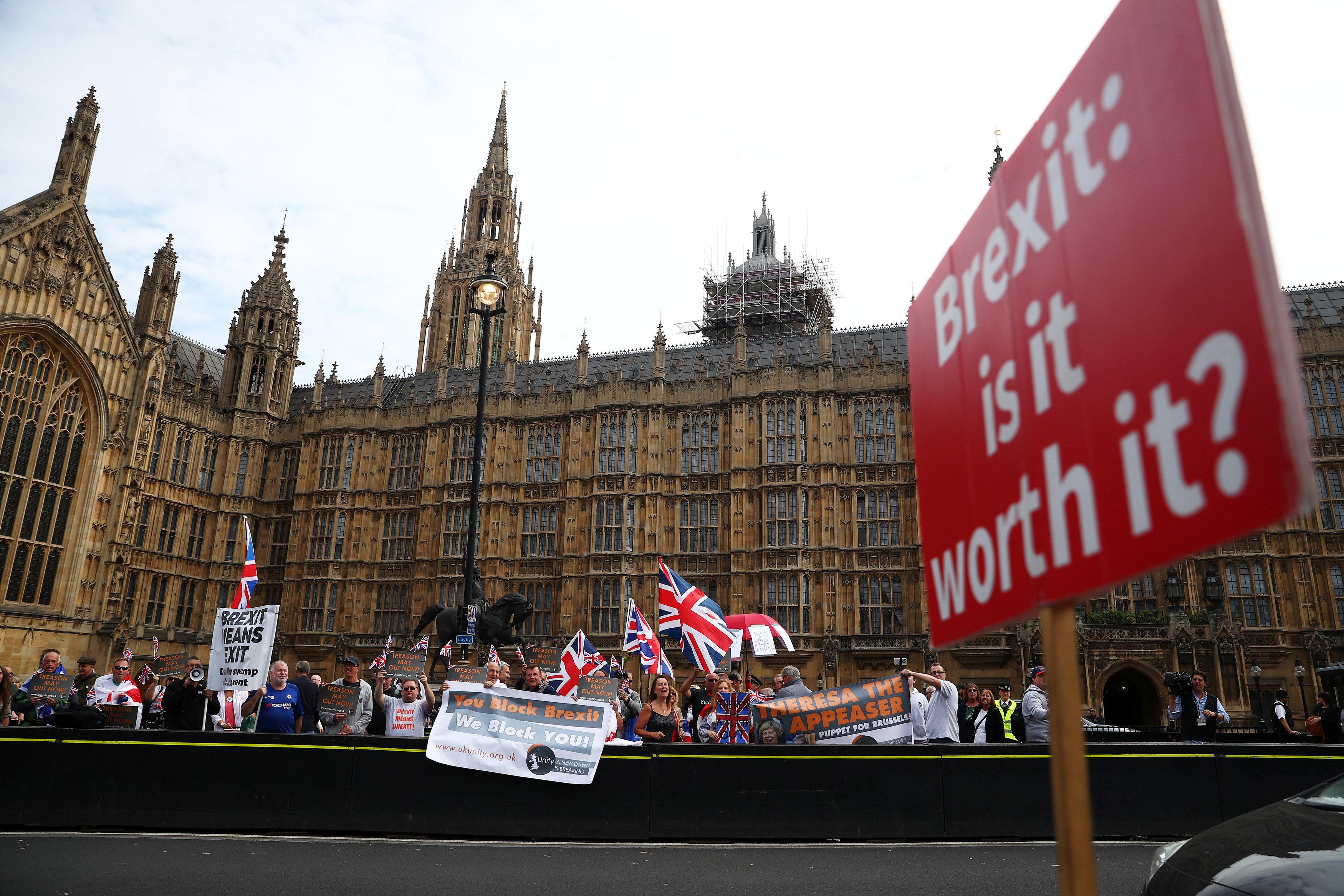 المعارضون والمؤيدون للاتحاد الأوروبى اتفقا على انتقاد ماى
