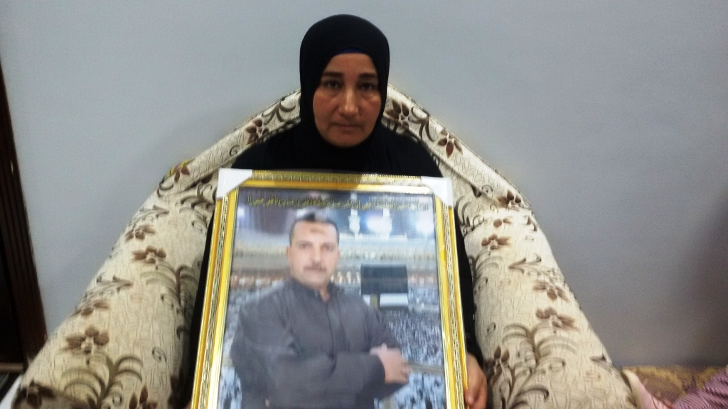 الزوجة حاملة صورة زوجها  (2)