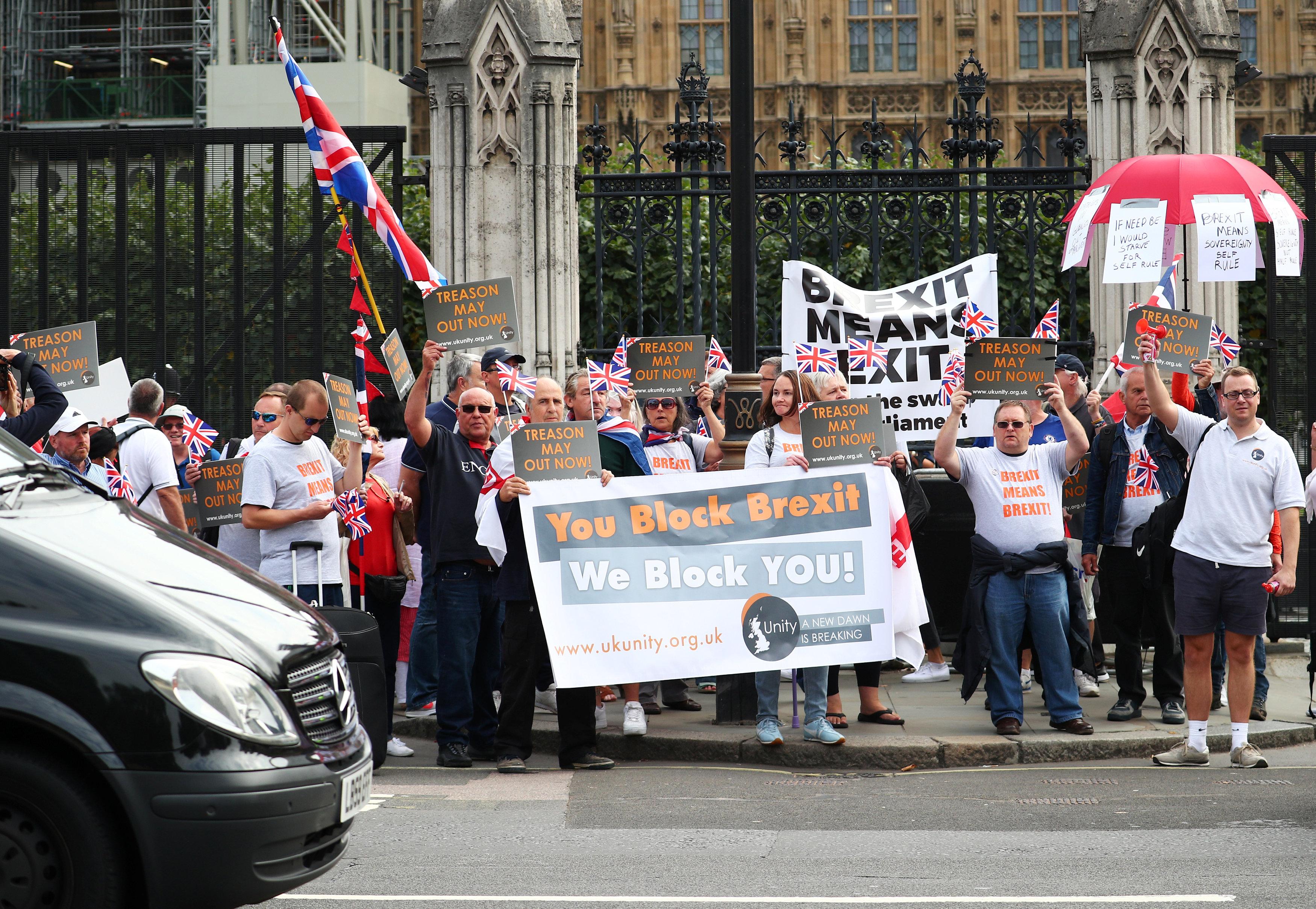 متظاهرون على جانب الطريق أمام البرلمان البريطانى