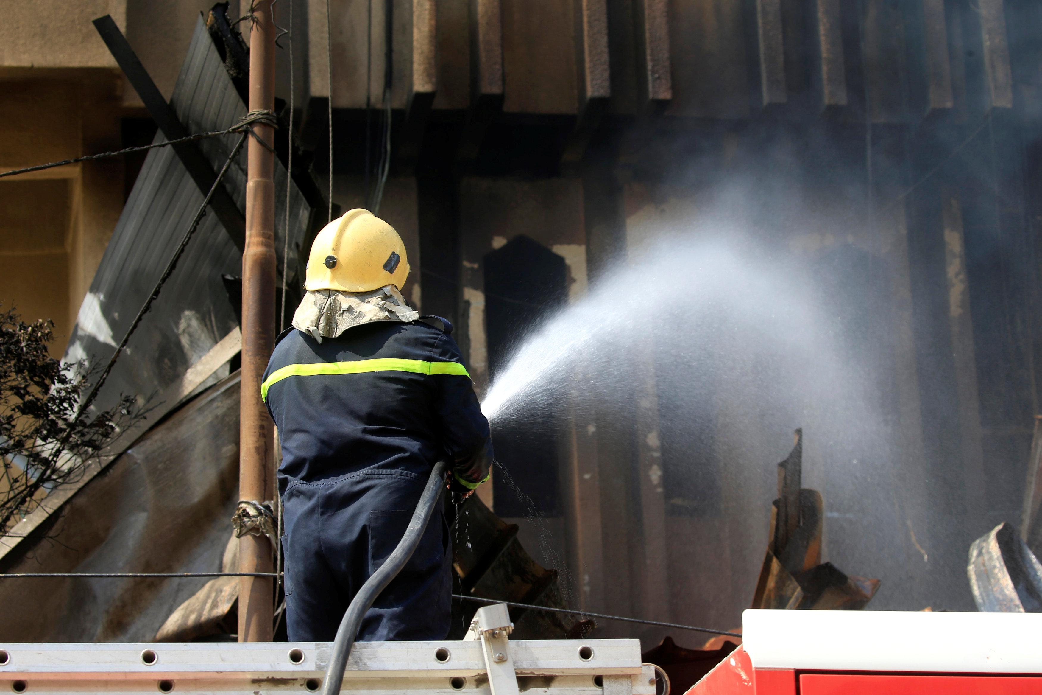 رجال الاطفاء تطفئ احد المبانى الحكومية التى اشعلها المتظاهرين بالبصرة