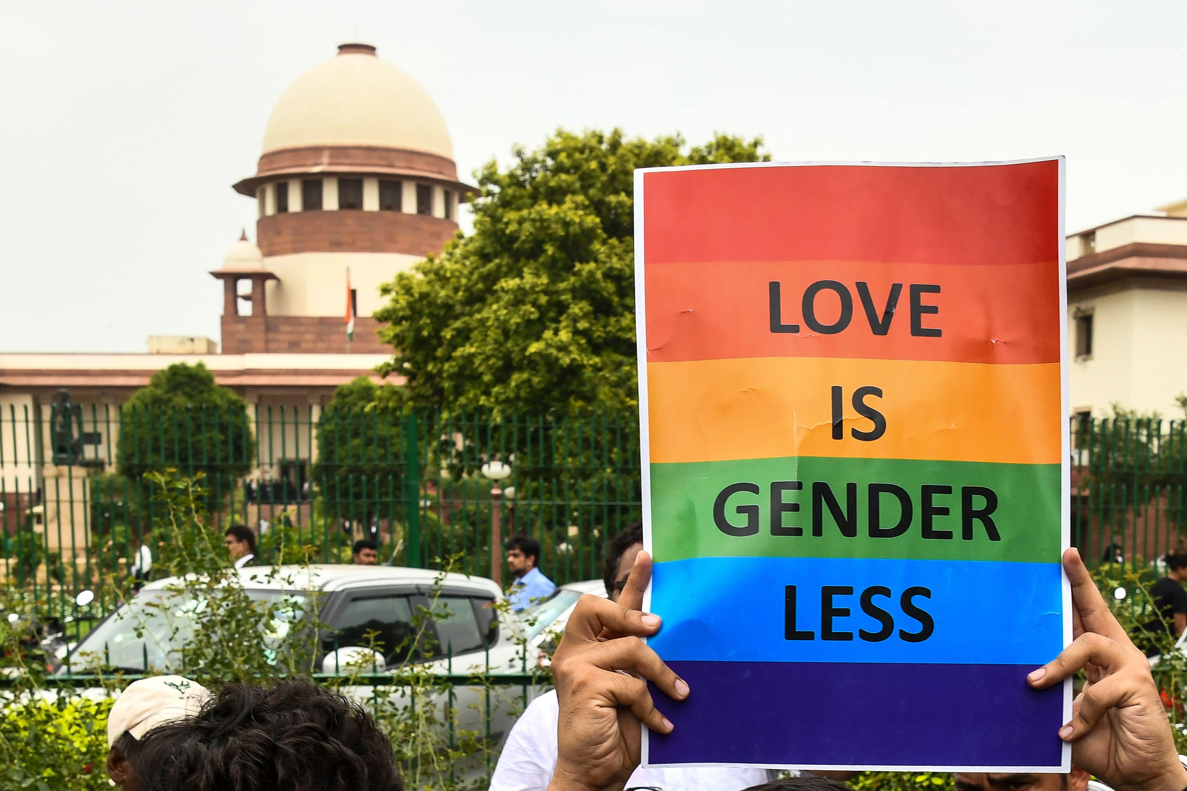 لافتات تؤيد المثلية الجنسية