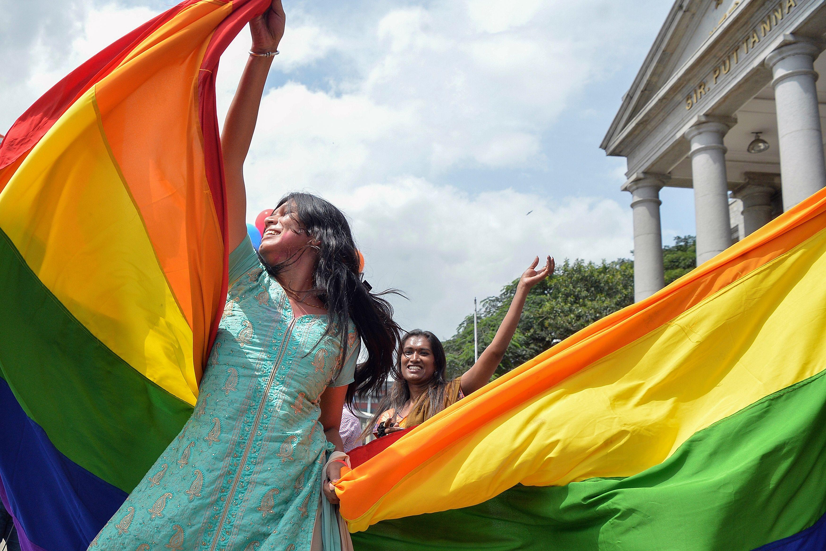 مثلية تحتفل بحكم الالغاء