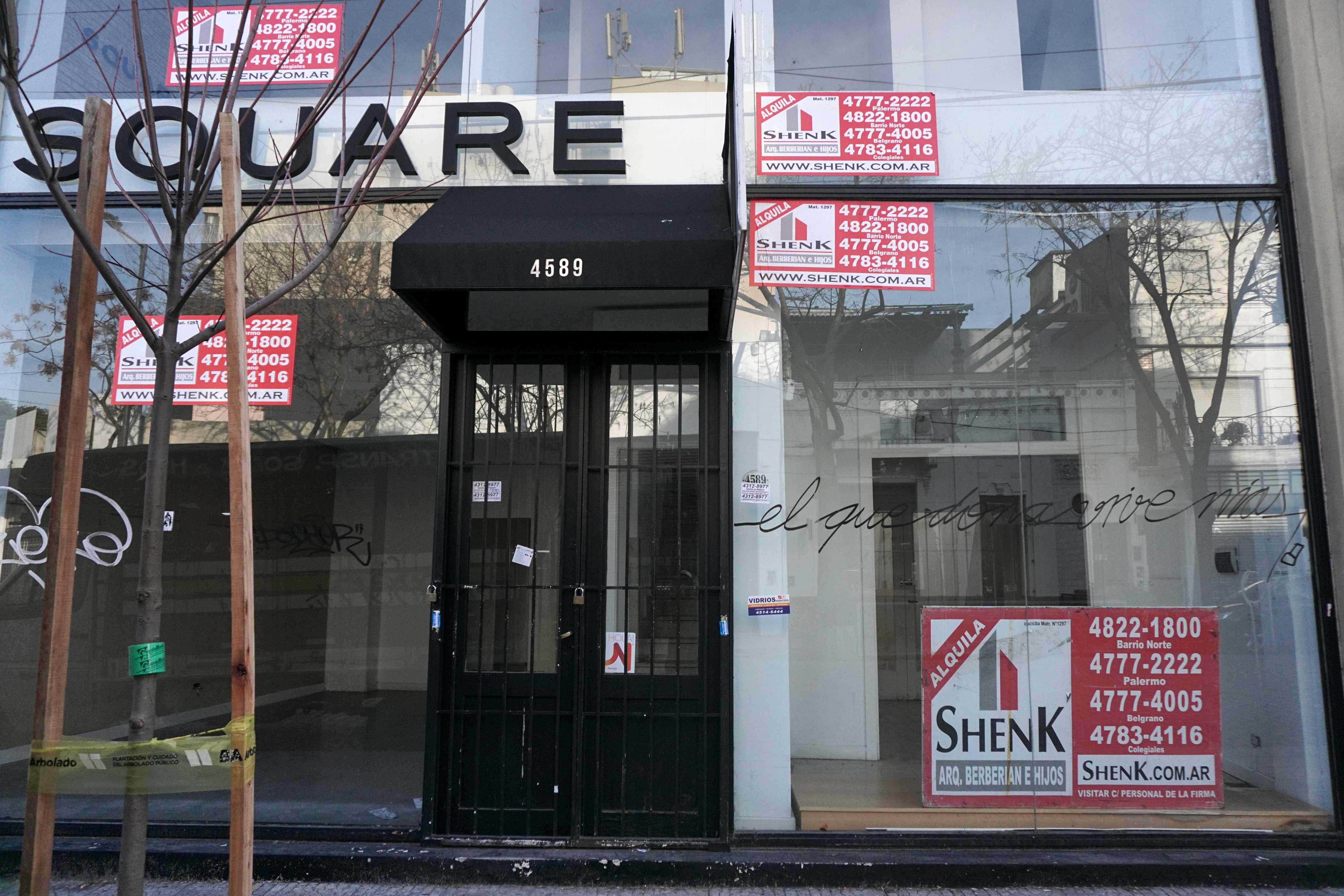 متجر مغلق فى حى باليرمو  بالأرجنتين