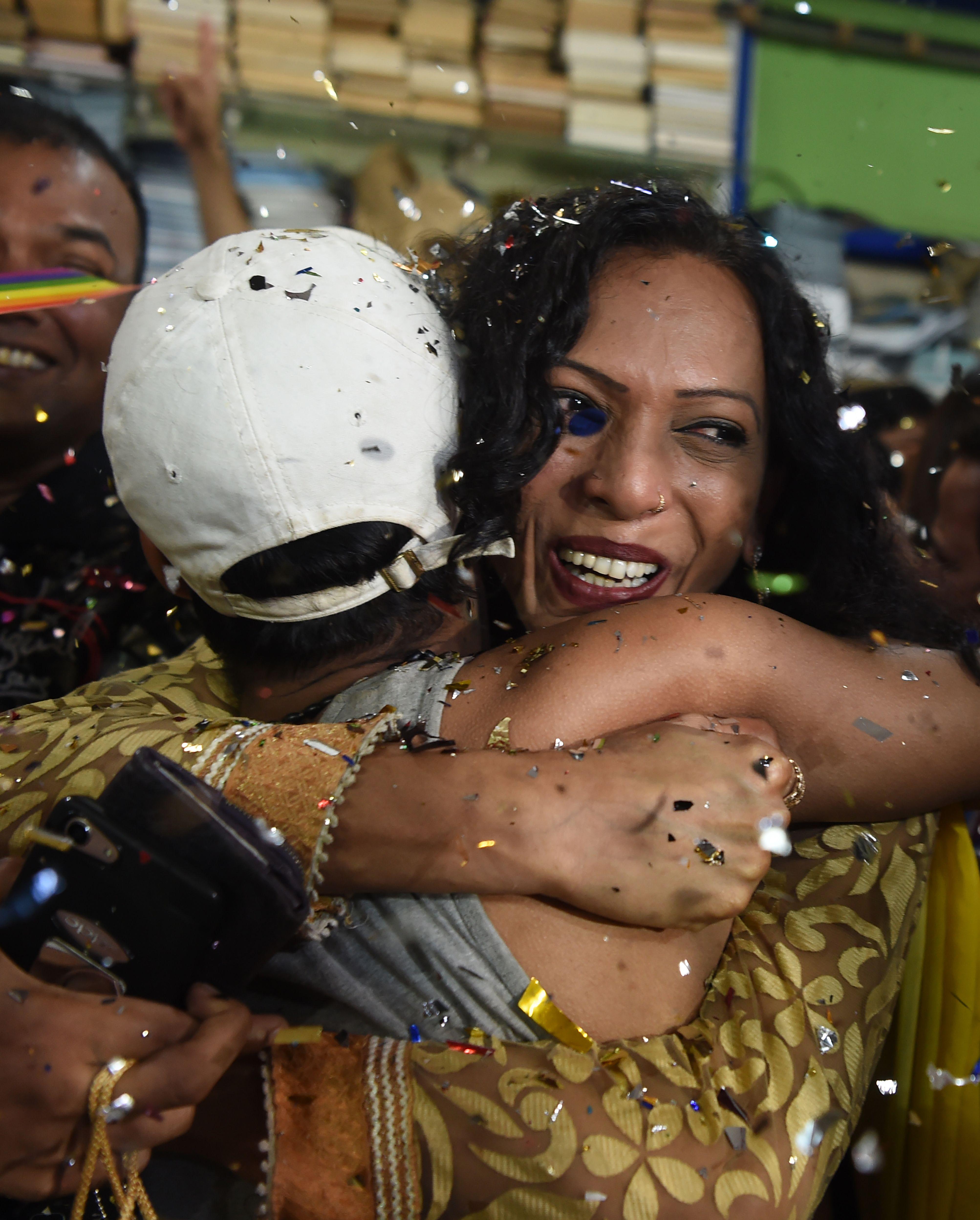 احضان ومباركات للمثليين بالهند