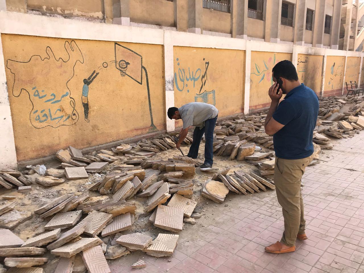 النائب أحمد على يتابع عملية تجهيز ملعب المدرسة