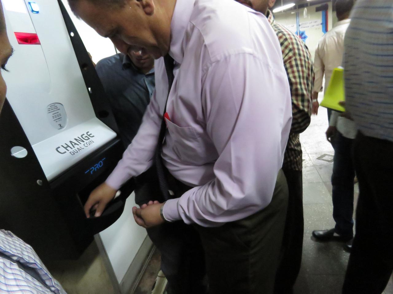 المالية تدرس تعميم تجربة ماكينات الصراف الآلى فى باقى محطات المترو