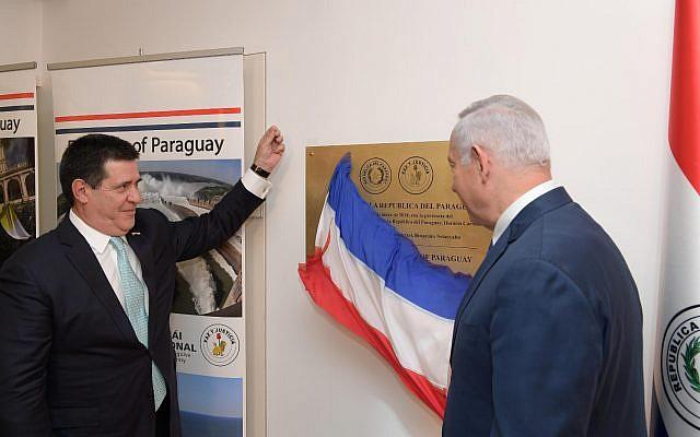 رئيس باراجواى السابق بصحبة نتنياهو أثناء افتتاح السفارة فى القدس فى مايو الماضى