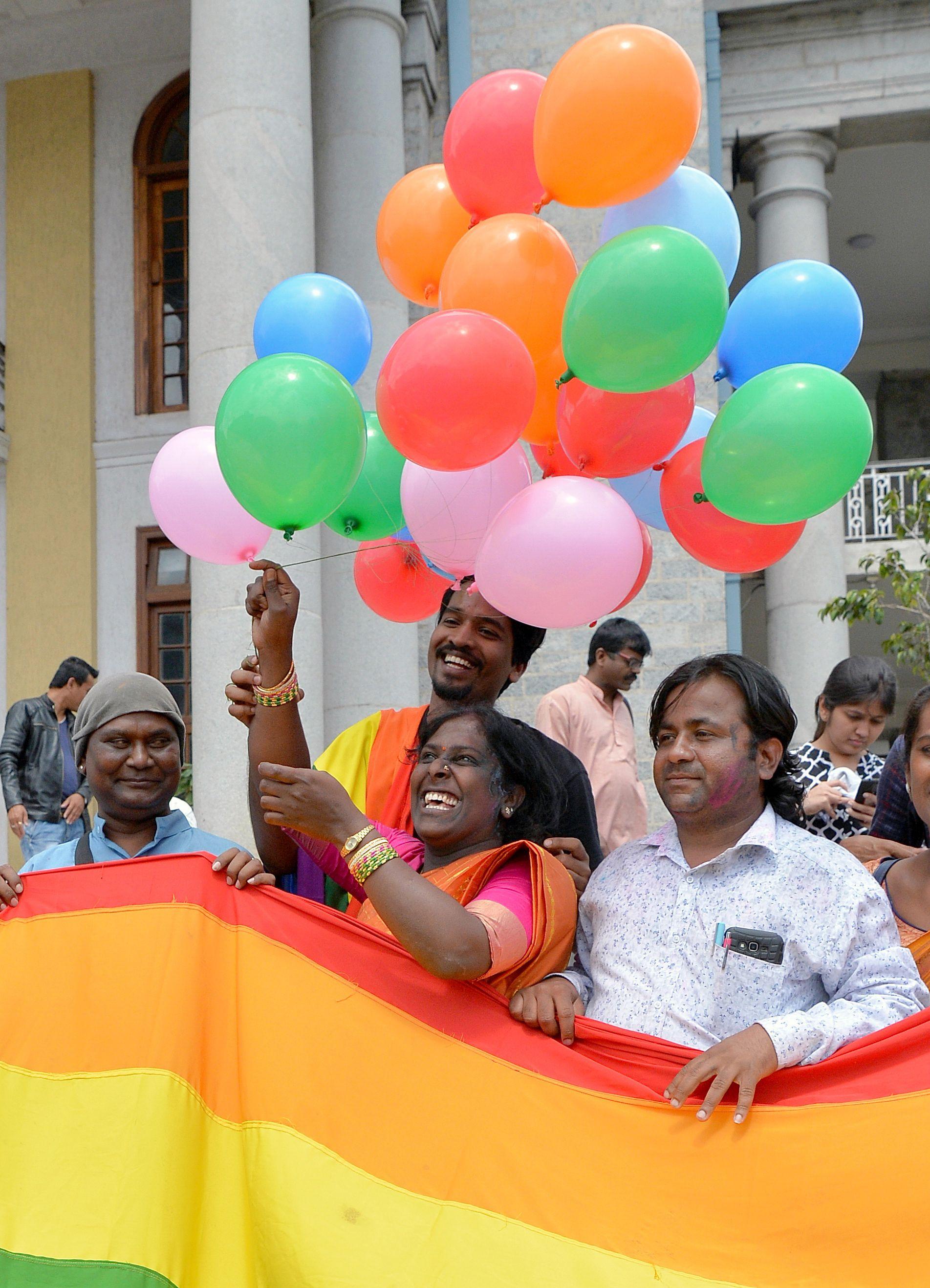 اعلام المثليين وبالونات فى الهند اثناء الاحتفالات