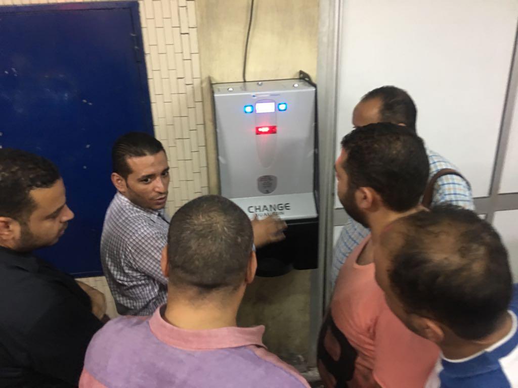 إقبال كبير من المواطنين على ماكينات الصراف الآلى