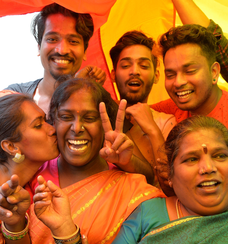 الهنود يحتفلون بحكم الغاء الحظر على ممارس الجنس
