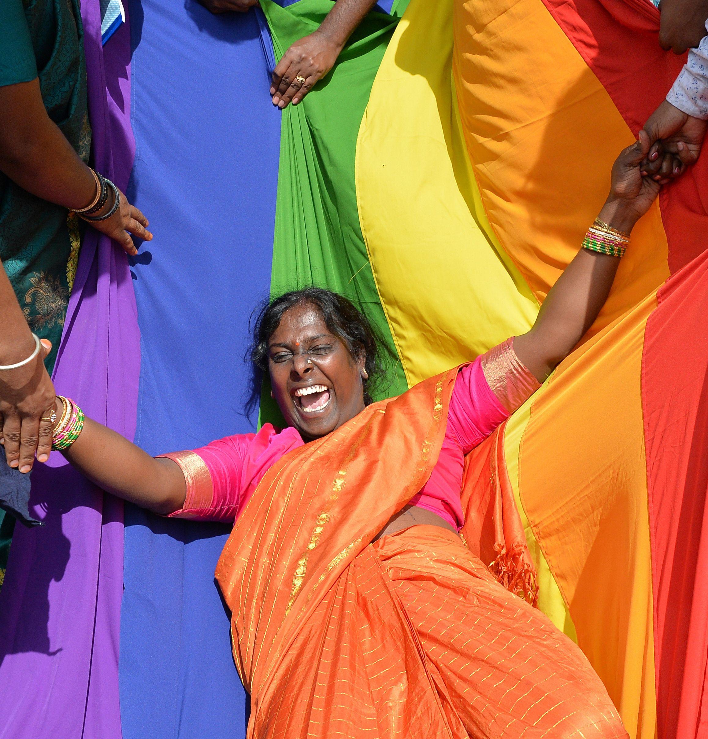 احدى المثليات ترقص فرحا بالحكم