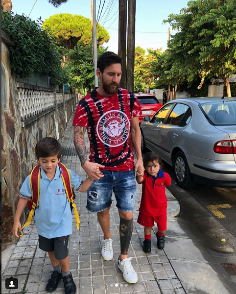ميسى وابنائه فى الطريق للمدرسة
