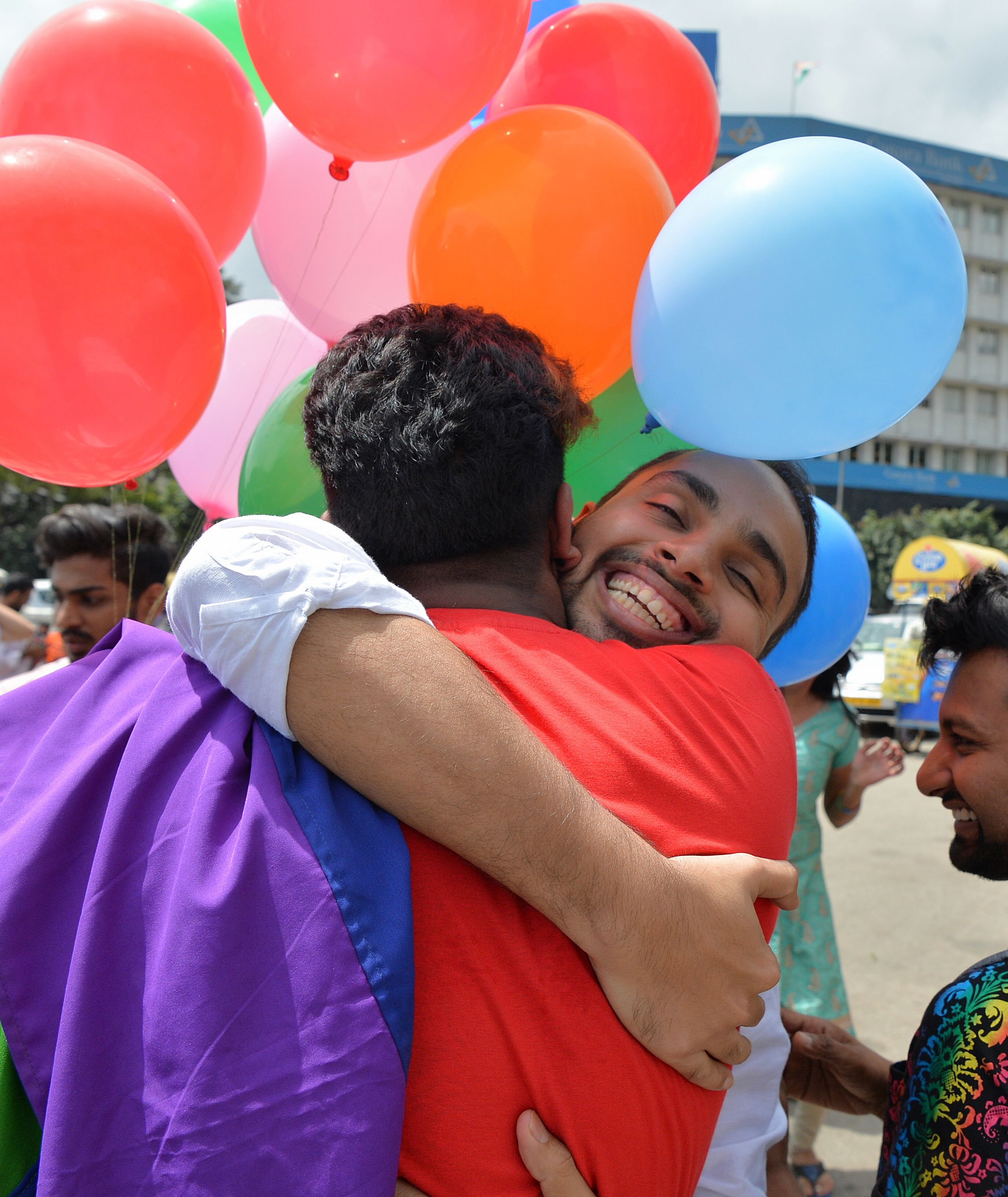 احضان المثليين بالهند احتفالا بالحكم